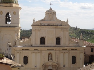 La cathédrale de Rossano est célèbre pour sa Madonne Acheropita (i-e «non peinte de main humaine») datant du VIIe siècle. En 1869 on y a aussi retrouvé un Codex grec du VIe siècle, composé de188 feuilles de parchemin contenant les évangiles de Mathieu et de Marc.